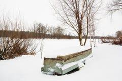 Παλαιό αλιευτικό σκάφος στο χιόνι Στοκ εικόνα με δικαίωμα ελεύθερης χρήσης