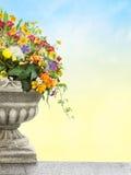 Παλαιό βάζο με τα λουλούδια Στοκ φωτογραφία με δικαίωμα ελεύθερης χρήσης