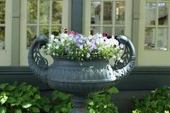 Παλαιό βάζο με τα λουλούδια Στοκ εικόνα με δικαίωμα ελεύθερης χρήσης