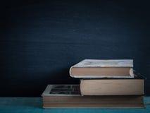 Παλαιό βιβλίο ανοικτό σε έναν ξύλινο πίνακα Στοκ φωτογραφία με δικαίωμα ελεύθερης χρήσης