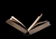 Παλαιό βιβλίο ανοικτό στη μελέτη που απομονώνεται Στοκ Φωτογραφία