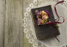 Παλαιό βιβλίο με τα ξηρά λουλούδια Στοκ εικόνα με δικαίωμα ελεύθερης χρήσης