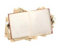 Παλαιό βιβλίο με τις κενές σελίδες, τα newpapers και τις αναδρομικές φωτογραφίες Στοκ Φωτογραφία