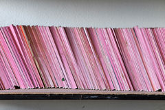 Παλαιό βιβλίο στο ράφι, Στοκ Φωτογραφίες