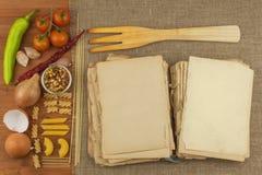 Παλαιό βιβλίο των συνταγών για τα ζυμαρικά Βιβλίο συνταγής Ζυμαρικά εργασίας Η διατροφή, σύμφωνα με το cookbook Λαχανικά και ζυμα Στοκ φωτογραφία με δικαίωμα ελεύθερης χρήσης