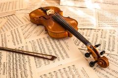 Παλαιό βιολί που βρίσκεται στο φύλλο της μουσικής Στοκ φωτογραφίες με δικαίωμα ελεύθερης χρήσης