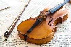 Παλαιό βιολί που βρίσκεται στο φύλλο της μουσικής Στοκ φωτογραφία με δικαίωμα ελεύθερης χρήσης