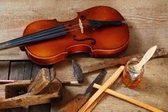 Παλαιό βιολί σε ένα εργαστήριο Στοκ φωτογραφία με δικαίωμα ελεύθερης χρήσης