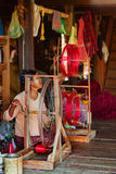 Παλαιό βιρμανός περιστρεφόμενο νήμα γυναικών με το χέρι Στοκ φωτογραφία με δικαίωμα ελεύθερης χρήσης