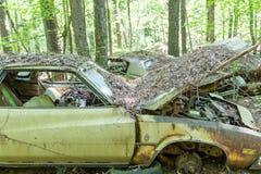Παλαιό βρώμικο Buick με την κουκούλα ανοικτή Στοκ εικόνες με δικαίωμα ελεύθερης χρήσης