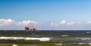 Παλαιό γαλόνι πειρατών στη θάλασσα της Βαλτικής Στοκ Φωτογραφία
