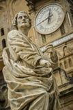 Παλαιό γλυπτό με το ρολόι Στοκ Εικόνες
