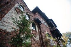 Παλαιό εγκαταλειμμένο απόκρυφο μέγαρο τούβλου Γοτθικό κτήριο στο φθινόπωρο Στοκ Εικόνες
