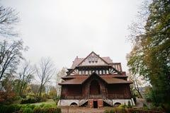 Παλαιό εγκαταλειμμένο απόκρυφο μέγαρο τούβλου Γοτθικό κτήριο στο φθινόπωρο Στοκ Φωτογραφίες
