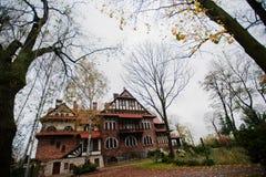 Παλαιό εγκαταλειμμένο απόκρυφο μέγαρο τούβλου Γοτθικό κτήριο στο φθινόπωρο Στοκ φωτογραφία με δικαίωμα ελεύθερης χρήσης