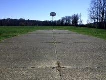 Παλαιό εγκαταλειμμένο γήπεδο μπάσκετ με τη χλόη Στοκ φωτογραφία με δικαίωμα ελεύθερης χρήσης