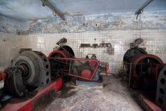 Παλαιό εγκαταλειμμένο εσωτερικό αιθουσών μηχανών εγκαταστάσεων υδρο παραγωγής ενέργειας στην Αμπχαζία Στοκ εικόνα με δικαίωμα ελεύθερης χρήσης