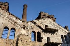 Παλαιό εγκαταλειμμένο κτήριο καταστημάτων επισκευής αυτοκινήτων στην Οδησσός, Ουκρανία Στοκ φωτογραφία με δικαίωμα ελεύθερης χρήσης