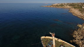 Παλαιό εγκαταλειμμένο σκάφος στο υπόβαθρο θάλασσας φιλμ μικρού μήκους