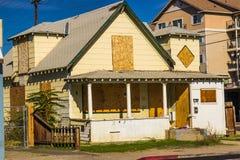 Παλαιό εγκαταλειμμένο σπίτι με επιβιβασμένος επάνω στα παράθυρα & την πόρτα στοκ εικόνες με δικαίωμα ελεύθερης χρήσης