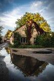 Παλαιό εγκαταλειμμένο σπίτι με τις εγκαταστάσεις σε το στοκ φωτογραφία