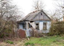 Παλαιό εγκαταλειμμένο σπίτι πλίθας στο χωριό Στοκ Φωτογραφίες