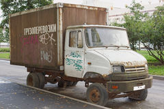 Παλαιό εγκαταλειμμένο φορτηγό στο δρόμο Στοκ Εικόνες