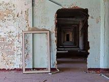 Παλαιό εγκαταλειμμένο δωμάτιο της οικοδόμησης και του πλαισίου παραθύρων Στοκ Εικόνες