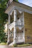 Παλαιό εγκαταλειμμένο όμορφο ξύλινο σπίτι με χαρασμένος polisade Vologda, Ρωσία Στοκ Φωτογραφία