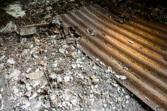 Παλαιό εγκαταλελειμμένο ζαρωμένο μέταλλο Στοκ Εικόνα