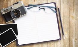 Παλαιό εκλεκτής ποιότητας έγγραφο καμερών και φωτογραφιών με τα κόκκινα γυαλιά στο ξύλινο TA Στοκ Εικόνα