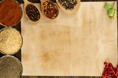 Παλαιό εκλεκτής ποιότητας έγγραφο φύλλων με τα καρυκεύματα στο ξύλινο υπόβαθρο υγιής χορτοφάγος τροφίμων Στοκ Εικόνα