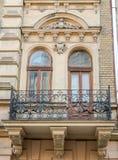 Παλαιό εκλεκτής ποιότητας αναδρομικό μπαλκόνι με τις στήλες και τις διακοσμήσεις σε ένα παλαιό κτήριο με τα παράθυρα σε μια από τ Στοκ Φωτογραφίες