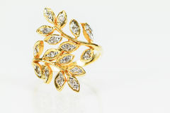 Παλαιό εκλεκτής ποιότητας δαχτυλίδι διαμαντιών γυναικών χρυσό στο άσπρο υπόβαθρο Στοκ φωτογραφία με δικαίωμα ελεύθερης χρήσης