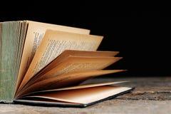 Παλαιό εκλεκτής ποιότητας βιβλίο με τις κίτρινες σελίδες Στοκ φωτογραφία με δικαίωμα ελεύθερης χρήσης