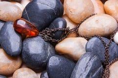 Παλαιό εκλεκτής ποιότητας ηλέκτρινο κρεμαστό κόσμημα στις πέτρες στοκ φωτογραφίες