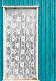 Παλαιό εκλεκτής ποιότητας παράθυρο πορτών με την άσπρη κουρτίνα δαντελλών Στοκ εικόνες με δικαίωμα ελεύθερης χρήσης