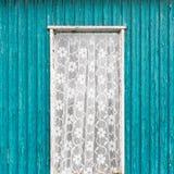 Παλαιό εκλεκτής ποιότητας παράθυρο πορτών με την άσπρη κουρτίνα δαντελλών Στοκ Εικόνες