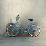 Παλαιό εκλεκτής ποιότητας ρομαντικό μπλε ποδήλατο Στοκ Φωτογραφίες