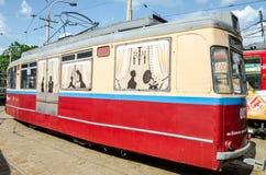 Παλαιό εκλεκτής ποιότητας τραμ στο γκαράζ στην αποθήκη σε Lviv Στοκ Φωτογραφίες