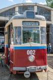 Παλαιό εκλεκτής ποιότητας τραμ Gotha T59E με τα παιδιά στο γκαράζ στην αποθήκη σε Lviv Στοκ φωτογραφία με δικαίωμα ελεύθερης χρήσης