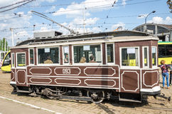 Παλαιό εκλεκτής ποιότητας τραμ Sanok sw-1 στο γκαράζ στην αποθήκη σε Lviv Στοκ Εικόνες