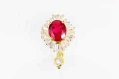 Παλαιό εκλεκτής ποιότητας χρυσό διαμάντι γυναικών με τη ροδοκόκκινη πόρπη που απομονώνεται στο άσπρο υπόβαθρο Στοκ Εικόνες