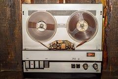 Παλαιό εκλεκτής ποιότητας όργανο καταγραφής ταινιών εξελίκτρων στοκ εικόνες με δικαίωμα ελεύθερης χρήσης