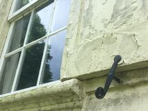 Παλαιό ενιαίο παράθυρο στο σπίτι στενό Στοκ Εικόνες