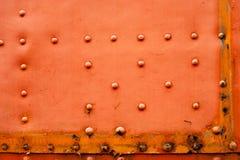 Παλαιό εξασθενισμένο κόκκινο υπόβαθρο μετάλλων με τα στηρίγματα Στοκ εικόνες με δικαίωμα ελεύθερης χρήσης