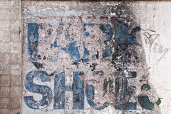 Παλαιό εξασθενισμένο σημάδι σε έναν τοίχο στοκ φωτογραφία