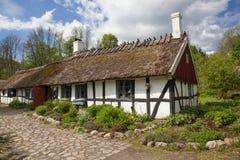 Παλαιό εξοχικό σπίτι.  Πολύ παλαιό εξοχικό σπίτι στη Σουηδία, χλόη στη στέγη. Στοκ Εικόνες