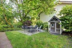 Παλαιό επιτραπέζιο σύνολο patio σιδήρου. Στοκ φωτογραφία με δικαίωμα ελεύθερης χρήσης