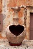 Παλαιό ελληνικό βάζο με ένα καρδιά-διαμορφωμένο σύνολο Στοκ Φωτογραφία